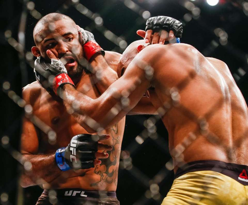 Sergio Moraes in action with Warley Alves in