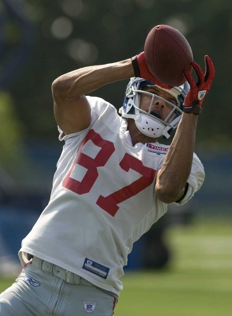 Domenik Hixon #87 catches a pass at practice