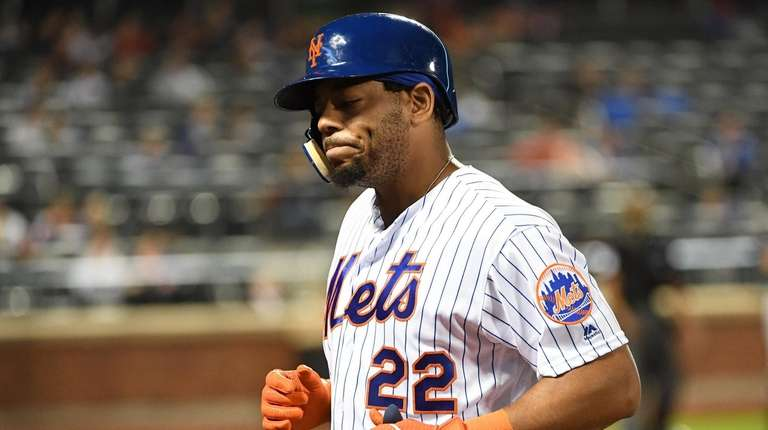 Mets' Dominic Smith returns to the dugout after