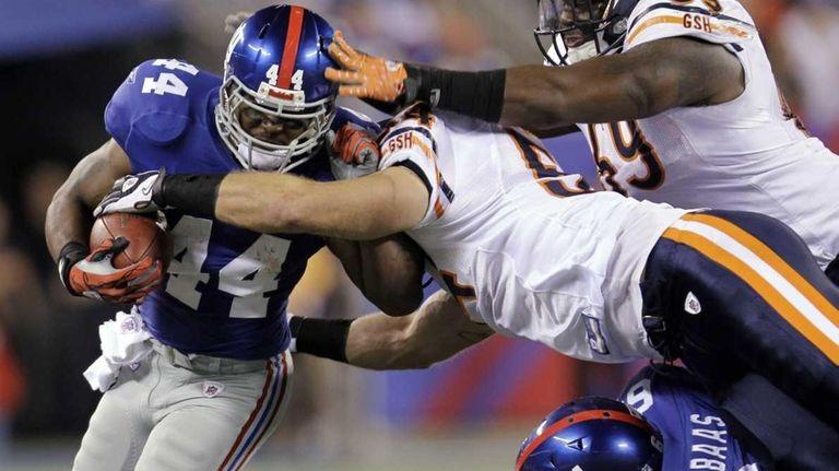 New York Giants running back Ahmad Bradshaw gets