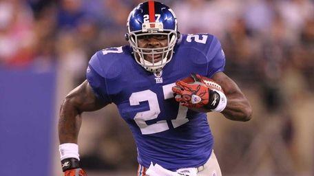Brandon Jacobs of the New York Giants runs