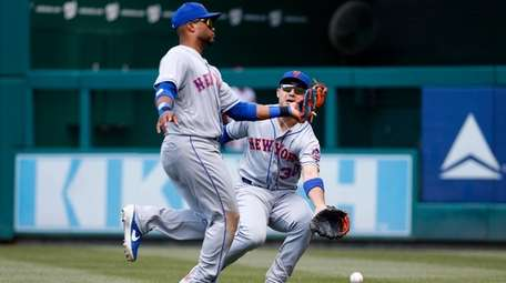 Rightfielder Michael Conforto collides with second baseman Robinson