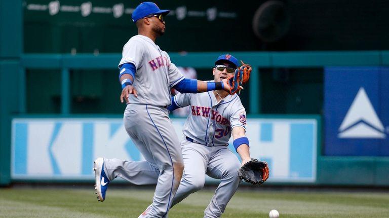 Rightfielder Michael Conforto collides with second baseman Robinson