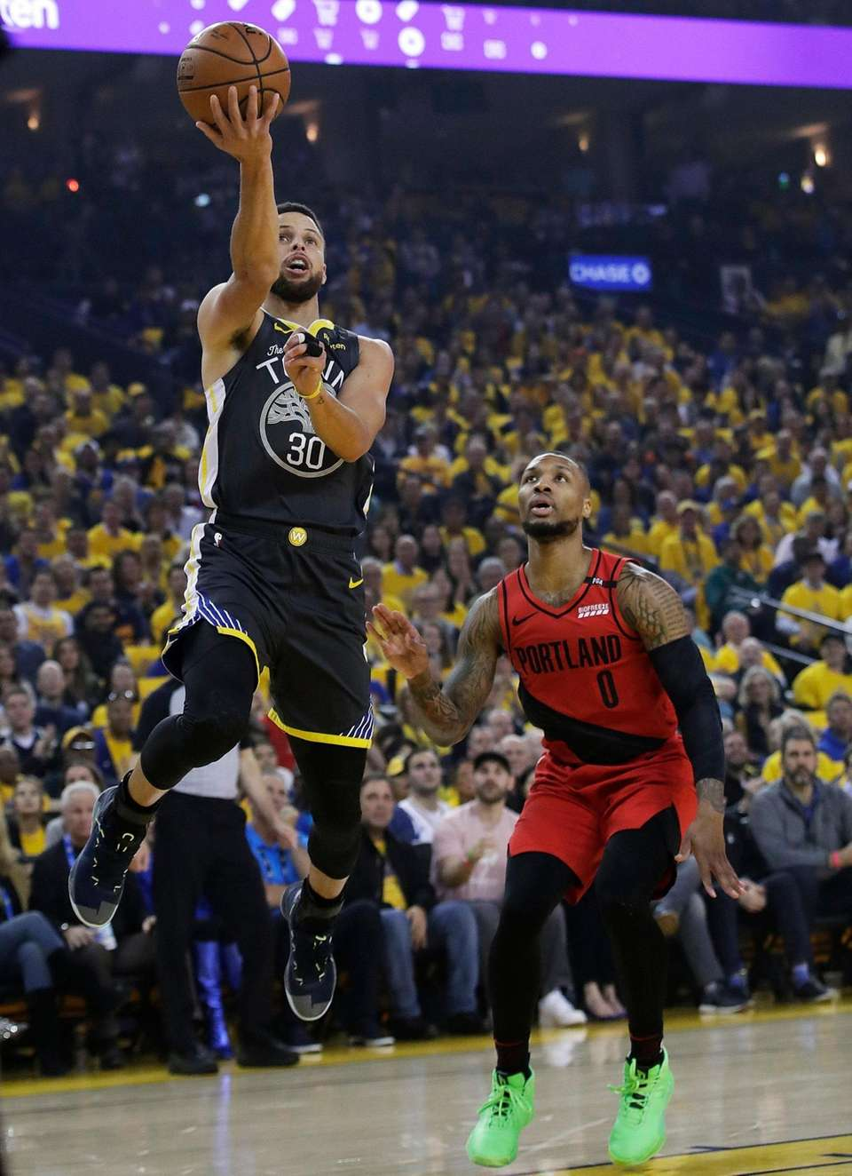 Golden State Warriors guard Stephen Curry (30) shoots