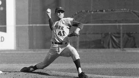 Tom Seaver of Mets 25-game winner, pitches against