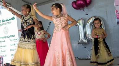Breanna Vernet, 9, and Manya Goyal, 7, with