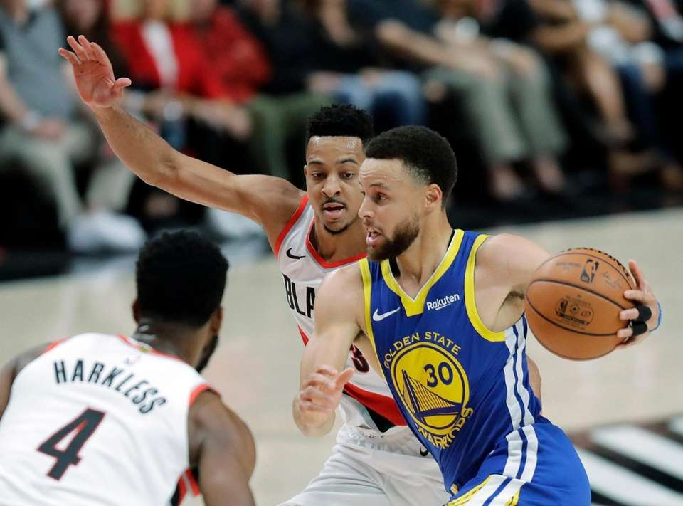Golden State Warriors guard Stephen Curry (30) drives