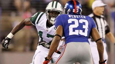 Plaxico Burress of the New York Jets tries