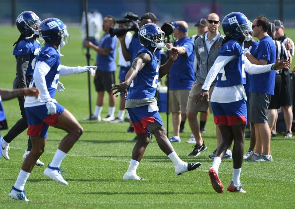 New York Giants safety Antoine Bethea (center) warms