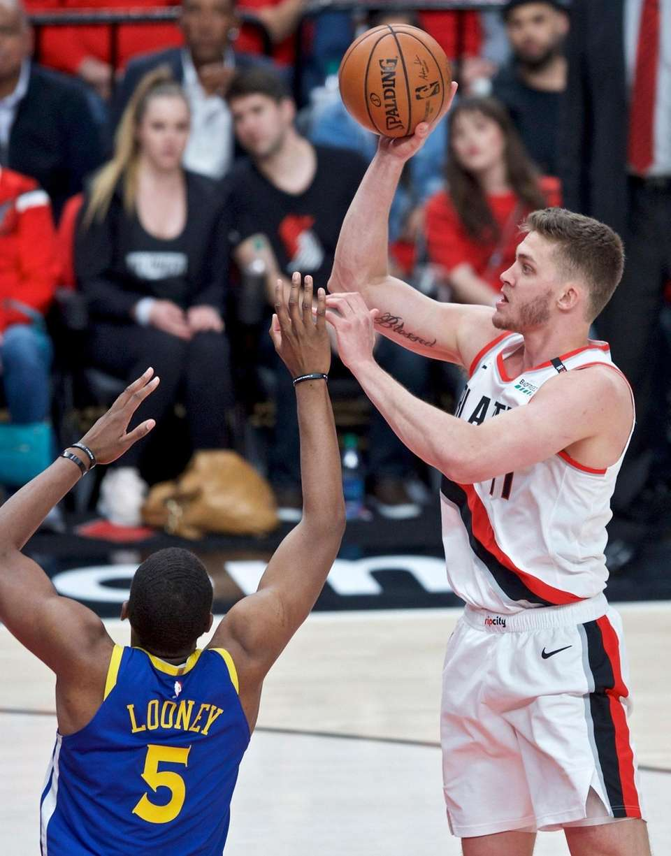 Portland Trail Blazers forward Meyers Leonard, right, shoots