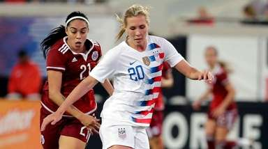 USA's Allie Long blocks Mexico's Renae Cuellar's path