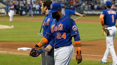 Robinson Cano of the Mets leaves a game