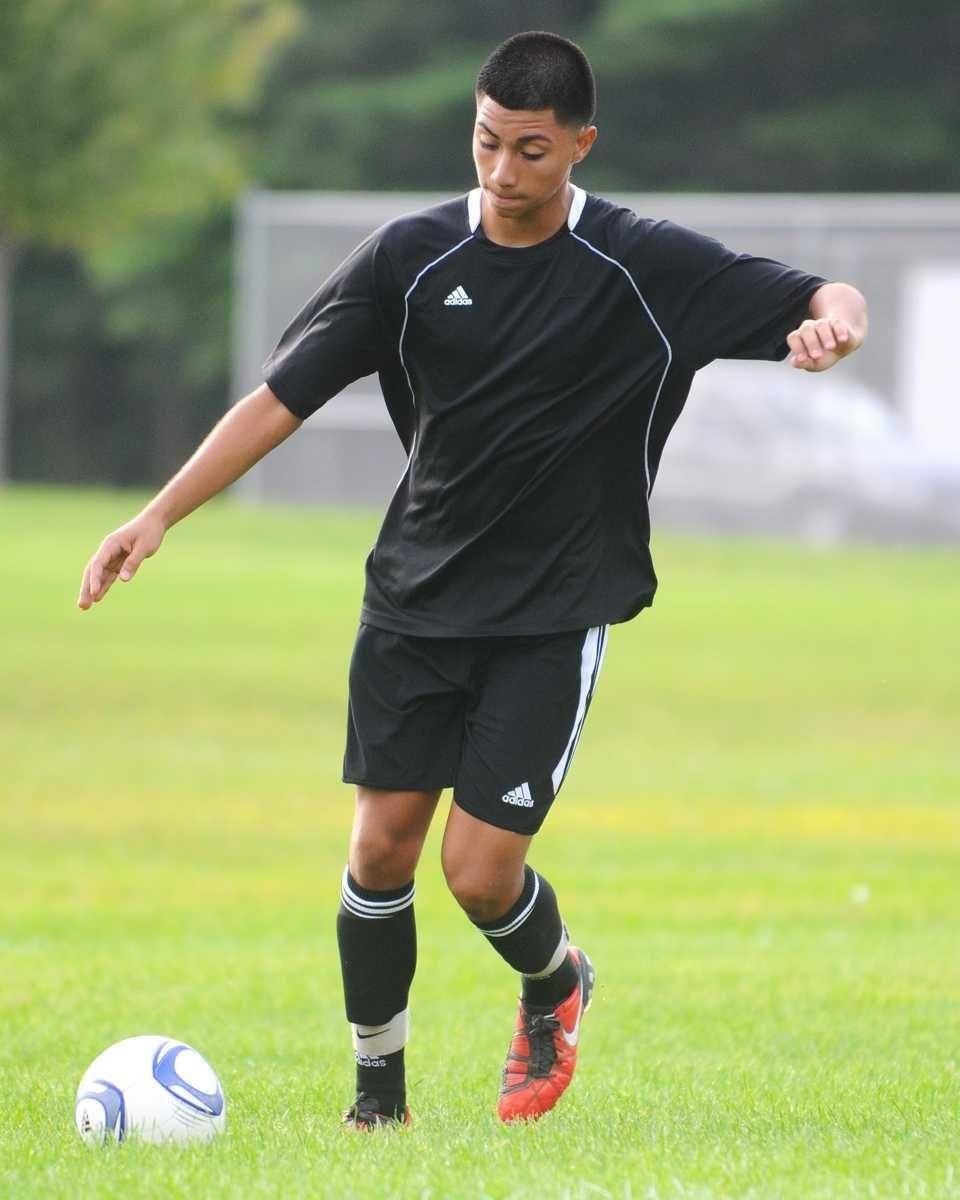 Jeffrey Medina of Brentwood High School prepares to