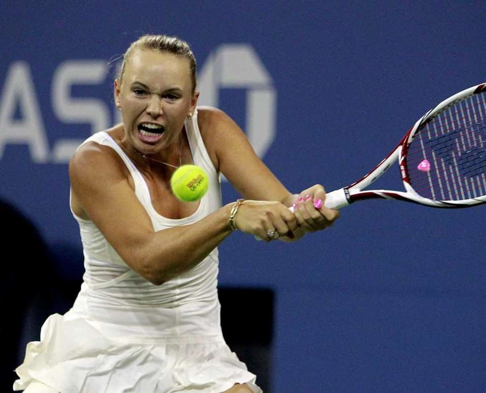 Caroline Wozniacki with the backhand against Svetlana Kuznetsova