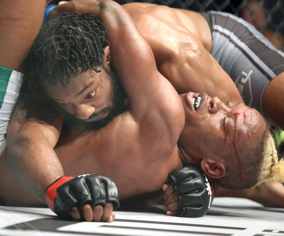 Andre Harrison (top) defeated Peter Petties by decision