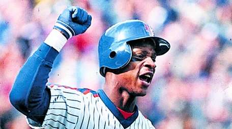 Darryl Strawberry pumps his fist after a home