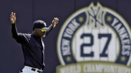 Yankees' Didi Gregorius stretches before a Gulf Coast