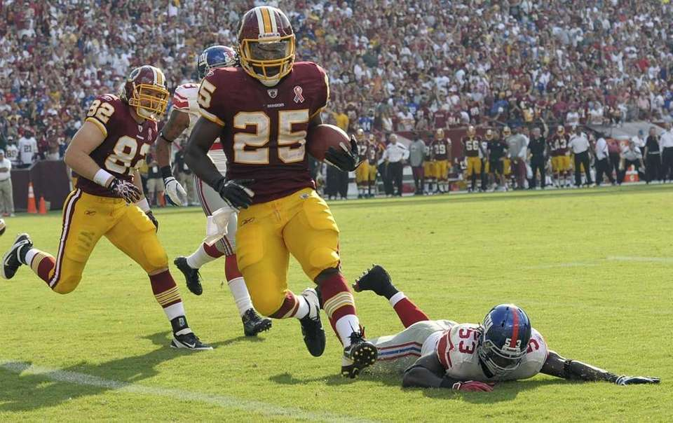 Washington Redskins running back Tim Hightower carries the