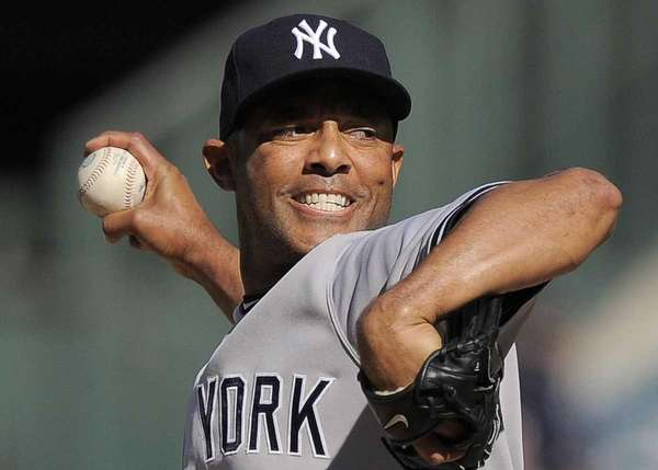 New York Yankees relief pitcher Mariano Rivera throws