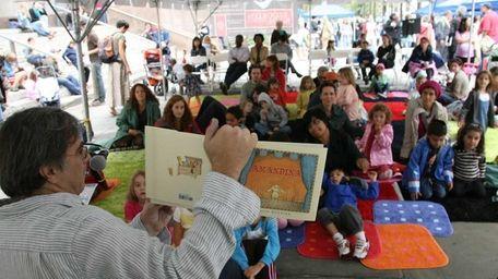 Author and illustrator Sergio Ruzzier reads to children