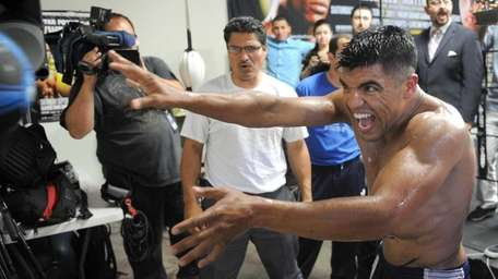 Ortiz has exciting style for Mayweather   Newsday