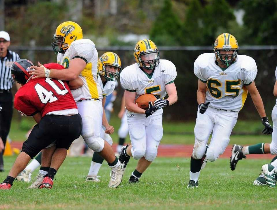 Lynbrook's Danny Kelly breaks through the line during