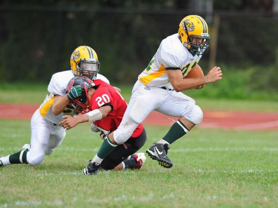 Lynbrook's Rocco Scibelli heads up field during Lynbrook's
