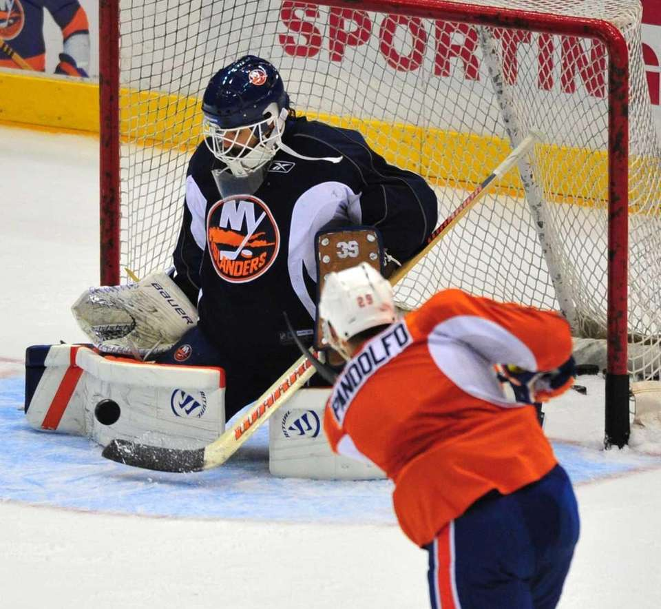 New York Islanders goalie Rick DiPietro tries to
