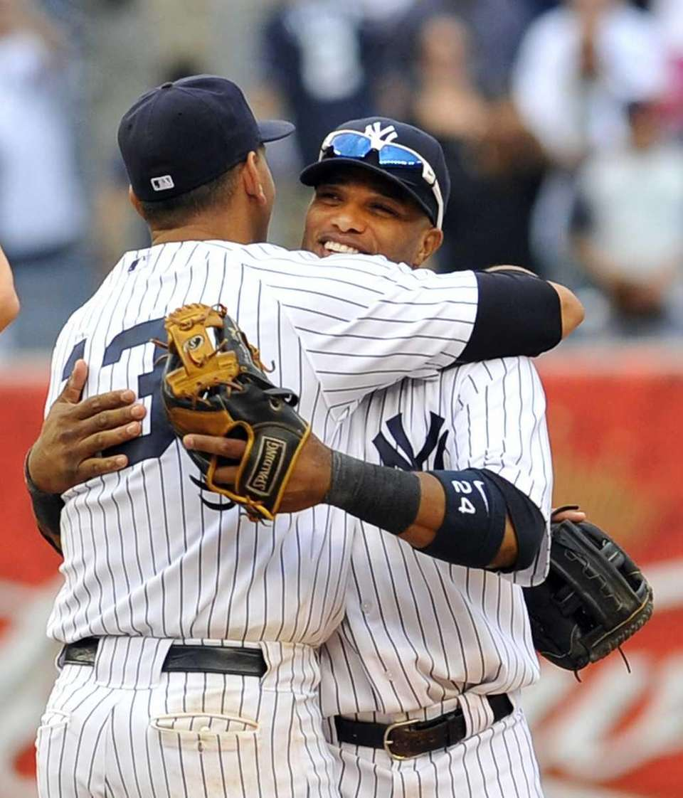 Alex Rodriguez hugs Robinson Cano at the end