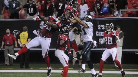 Atlanta Falcons middle linebacker Curtis Lofton (50) knocks