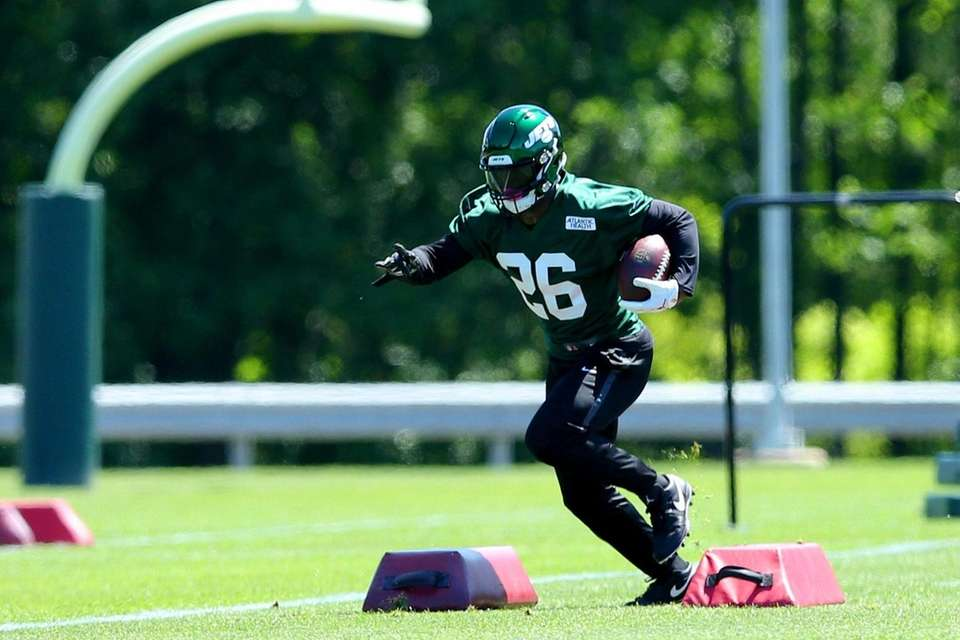 Jets running back Le'Veon Bell  participates in