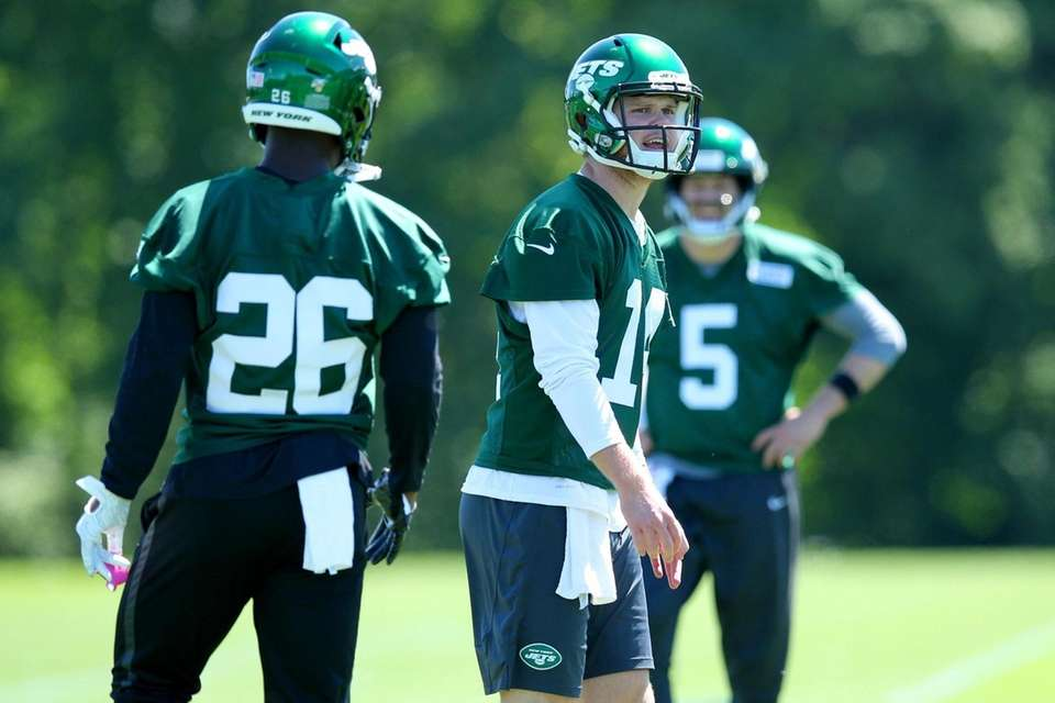 New York Jets quarterback Sam Darnold (14) calls