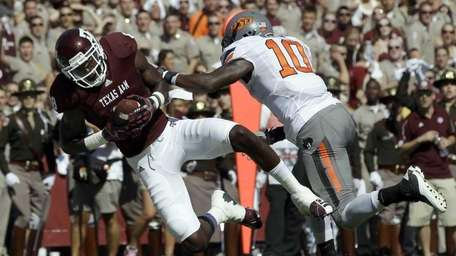 Texas A&M wide receiver Jeff Fuller (8) catches