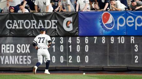 Yankees right fielder Clint Frazier (77) jogs after