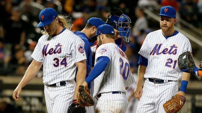 Mickey Callaway's decision to pull Noah Syndergaard backfires as Mets lose to Giants in extras