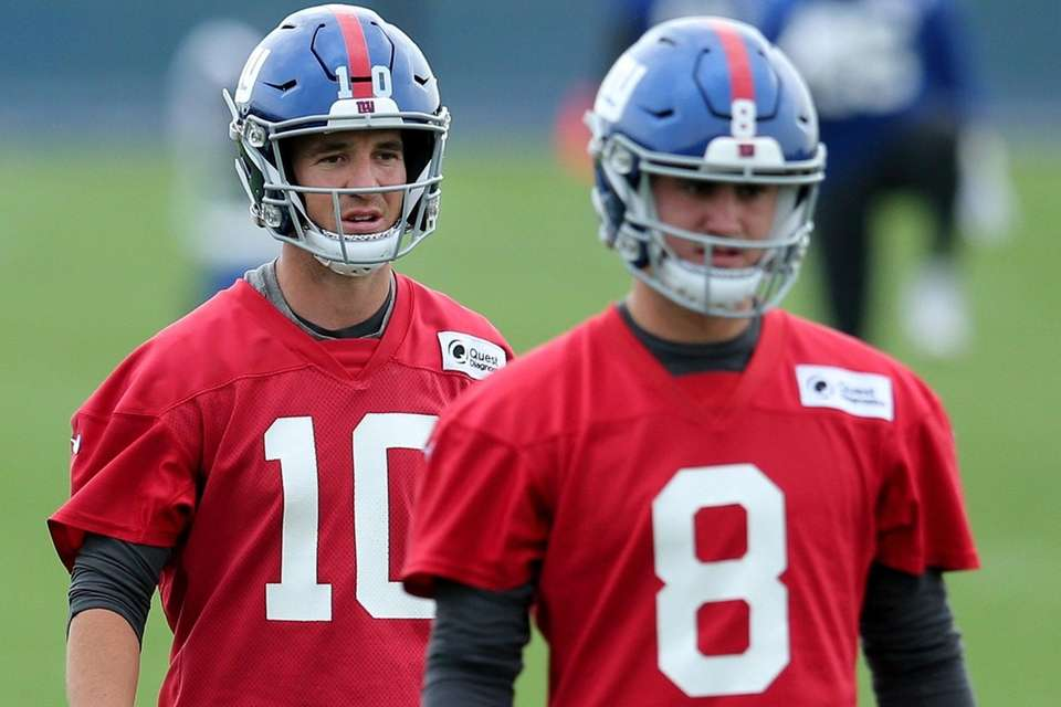Giants quarterbacks Eli Manning and Daniel Jones stretch