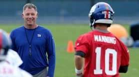 Giants head coach Pat Shurmur watches as players,