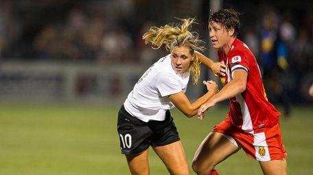 Allie Long #10 of Portland Thorns FC makes