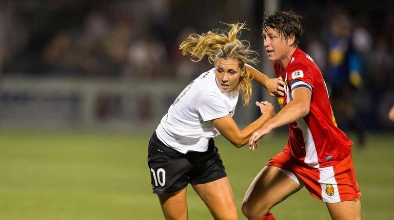 Allie Long #10 of Portland Thorns FC makes