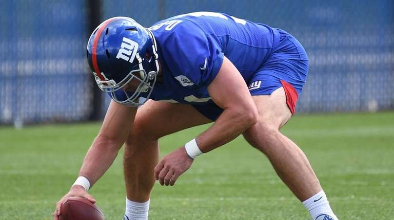 Giants long snapper Zak DeOssie sets to snap