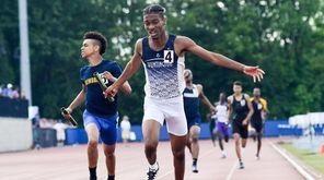 Huntington's Jonathan Smith helps his team take first