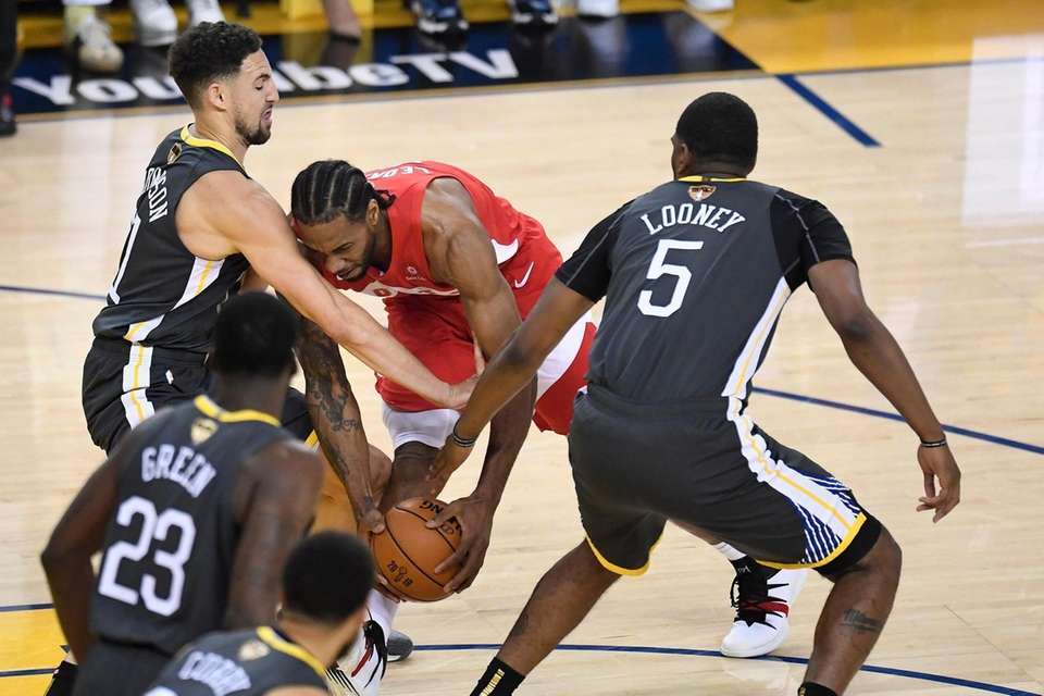 Toronto Raptors forward Kawhi Leonard (2) battles Golden