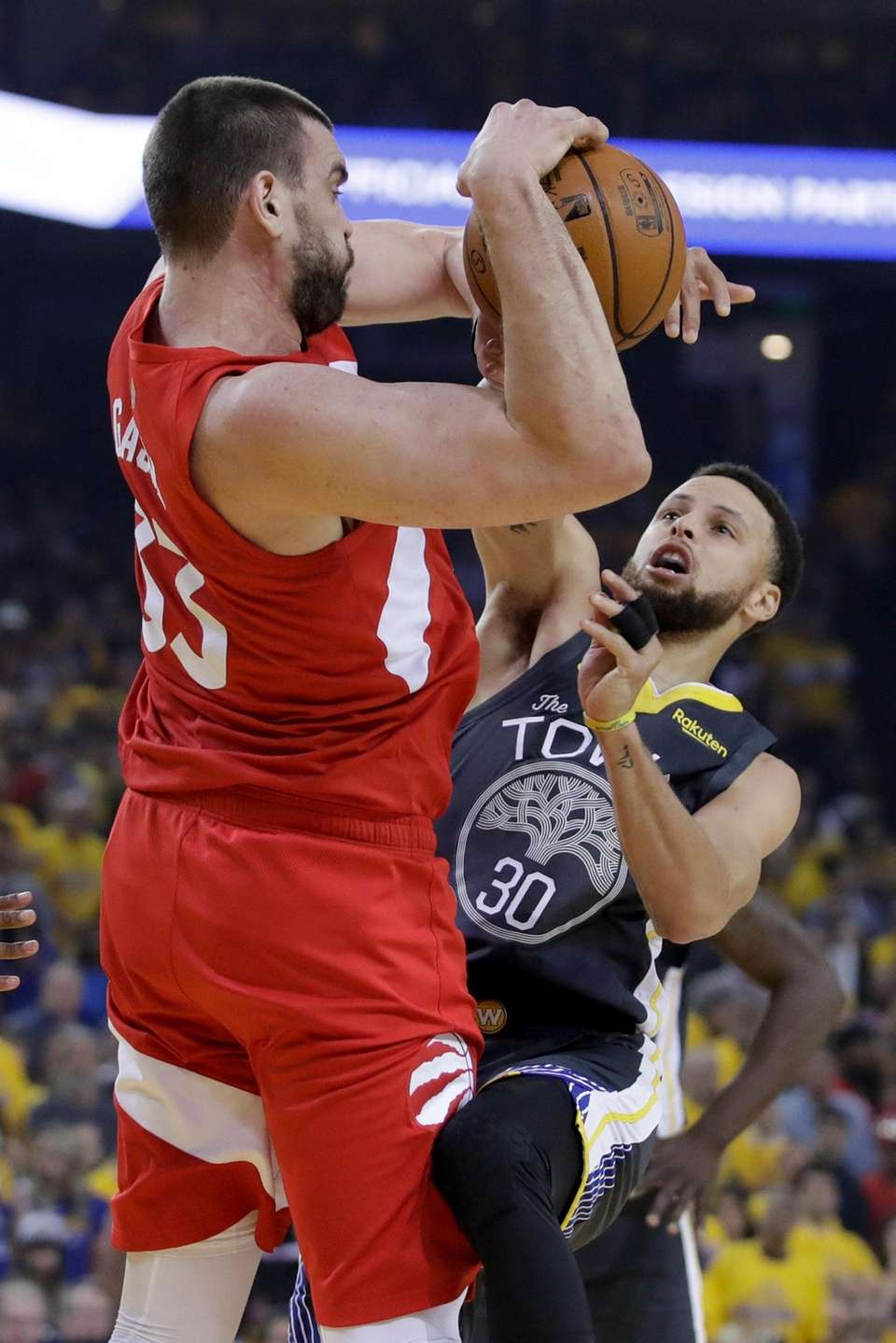 Golden State Warriors guard Stephen Curry (30) defends