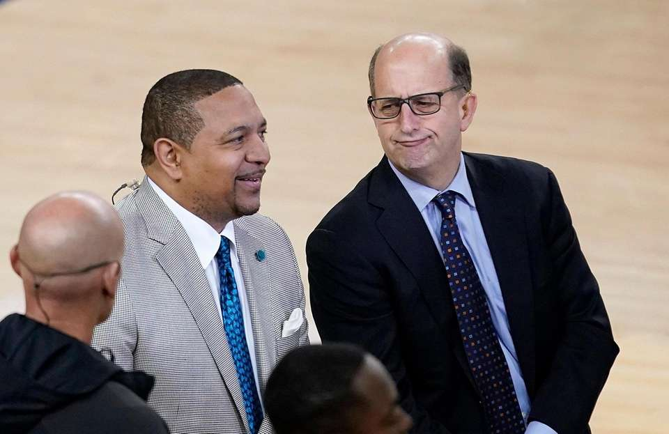 Mark Jackson, left, and Jeff Van Gundy talk