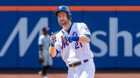 New York Mets third baseman Todd Frazier hits