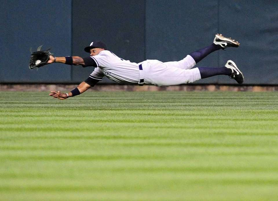 New York Yankees Curtis Granderson dives to catch