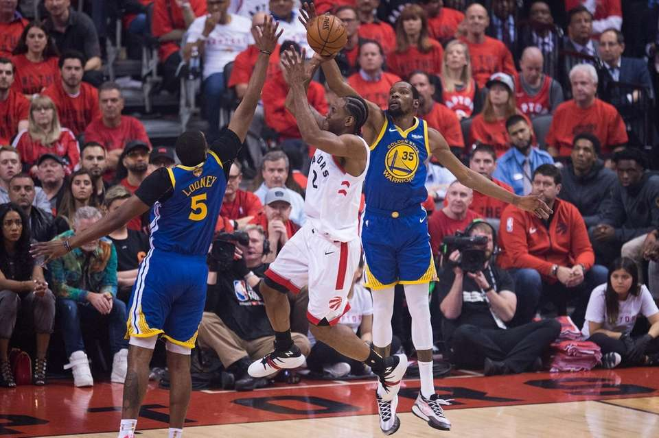 Toronto Raptors forward Kawhi Leonard (2) goes to