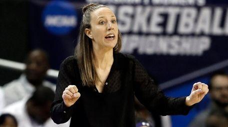 California head coach Lindsay Gottlieb instructs her team