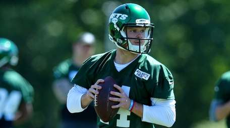 Jets quarterback Sam Darnold drops back to pass
