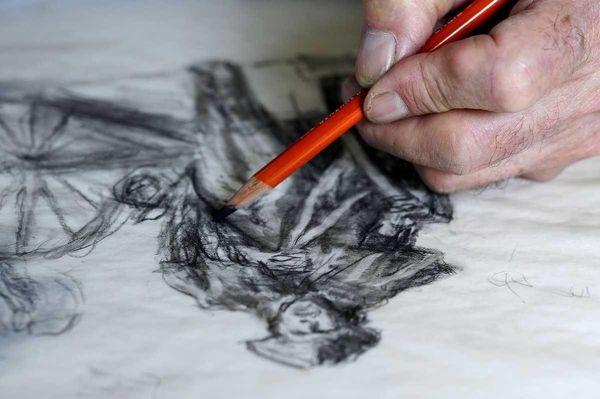 Cove Neck artist Mort Kunstler, draws a sketch